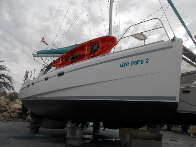 Life Part 2 with a new look. The only antifouling available - International Cruiser Uno EU - was black. So we decided it was time to change the boot stripe from dark blue to grey. And while we were at it, we also did the upper stripes, since they too were peeling off. So, a new look!